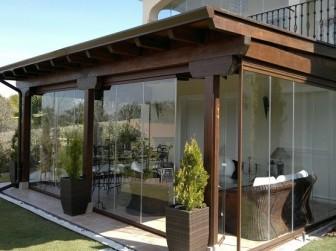 Decoraci n de terrazas con cristal de vidrio templado for Patios grandes decorados